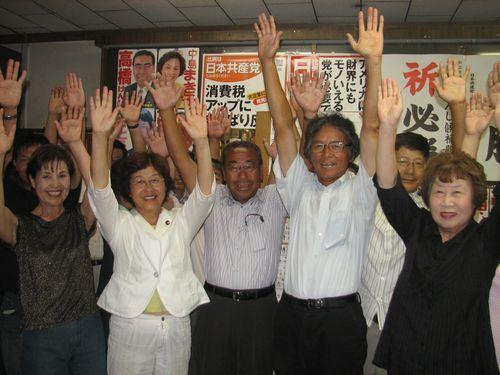 当選を喜ぶ(前列左から)池田、中島、高橋、佐藤の各氏