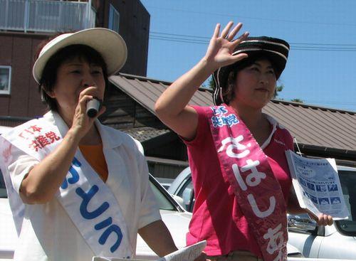 かとう典子名古屋市議(左)、さはしあこ市議予定候補=4日、名古屋市緑区