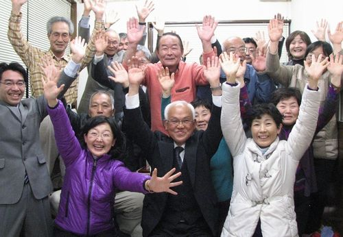 トップ当選し、支持者と喜ぶ深井徳美さん(前列中央)=2月14日、豊川市