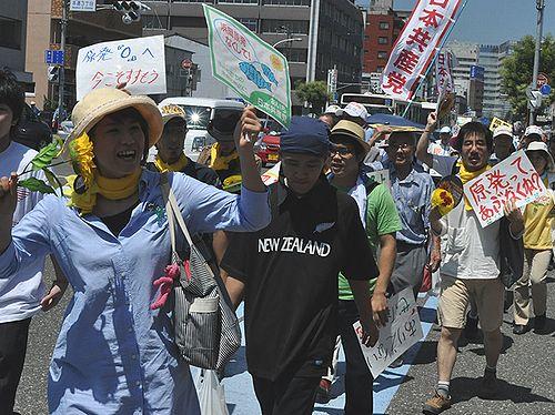 静岡市で行われた「ひまわり集会」に参加し浜岡原発廃炉を訴える愛知県の人たち=7月23日