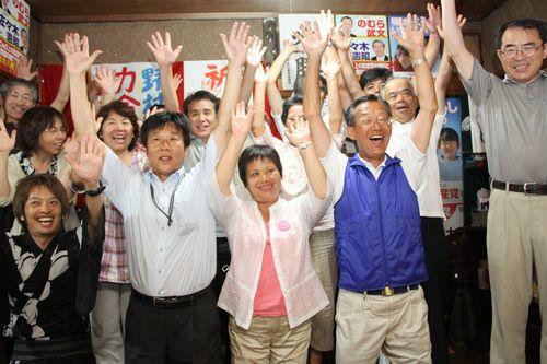 議席増を勝ちとった刈谷市議選。前列左から新村、山本、野村の各議員=7月4日