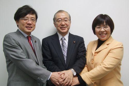 決意を固めあう(左から)井上、佐々木、かわえの各氏=12月3日、東京、日本共産党本部