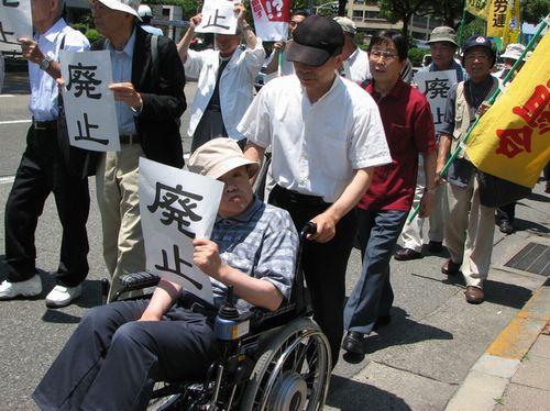 自民党県連に向けて抗議に向かうデモ参加者
