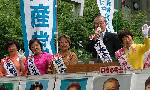 後期高齢者医療制度廃止を訴える(左から)木村えみ、さいとう愛子、せこゆき子、佐々木憲昭、八田ひろ子の各氏