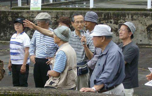 豊川支流・宇連川の豊川用水・大野頭首工を見学する「設楽ダムウォッチング」一行