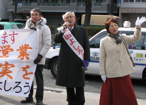 太田よしろうさん(中央)とわしの恵子日本共産党名古屋市議団長(右)