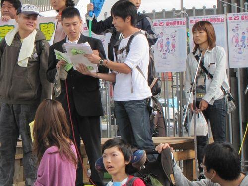 「福祉削るな・県民集会」で訴える障害者=10月25日