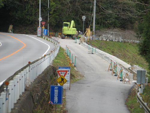 ダム建設の資機材搬入のために道路の拡幅工事が始まった