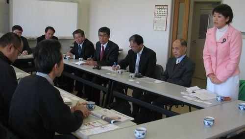 半田酪農組合と懇談するもとむら伸子氏(右端)
