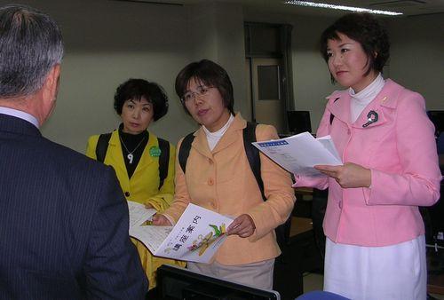 商業訓練の状況を聞く(右から)もとむら伸子、かわえ明美の両氏