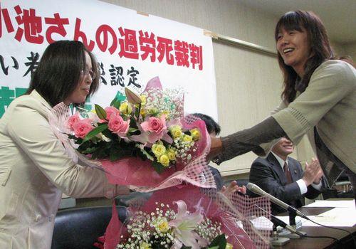 名古屋地裁で勝利判決後、支援者の祝福を受ける小池友子さん(左)=2010年4月