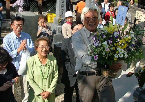 故小笠原登氏の墓前に献花 前列左はせこゆき子さん