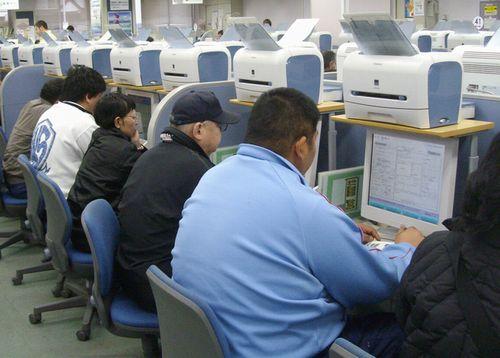 コンピューターで求人状況を探る求職者
