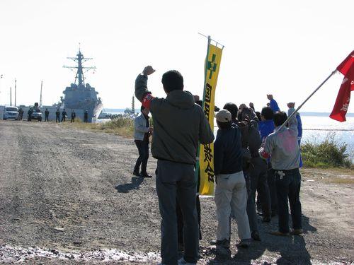 米軍艦の入港に抗議する平和団体の人たち