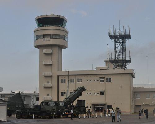 空自小牧基地内に移設された県営名古屋空港の新管制塔。地上手前は航空祭で展示された地対空ミサイル=10月23日、小牧基地航空祭