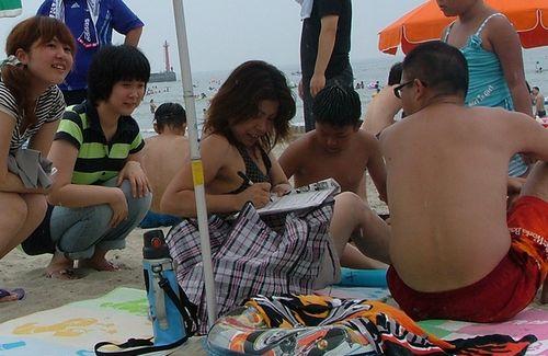 海水浴客に反核署名を訴える学生ら