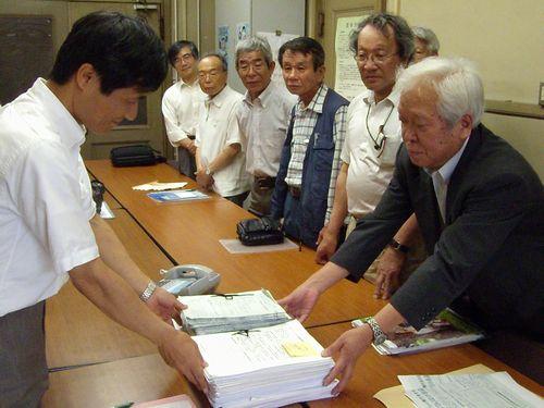 愛知県にブルーインパルス飛行反対の署名を提出する小牧平和集会実行委員会の人たち