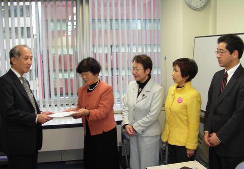 派遣切りの実態調査と企業への是正指導を要請する木村えみさん=(左から2人目)