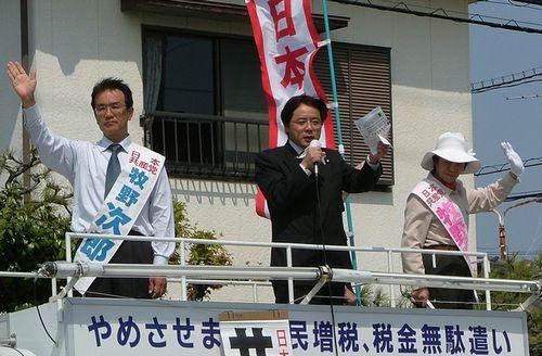 井上さとし参院議員(中央)の応援を受ける牧野次郎(左)、牧野かつ子(右)の両前議員=19日、西尾市