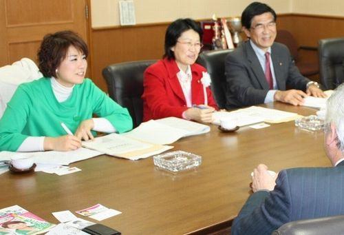 蒲郡市農協役員(手前)と懇談する(左から)もとむら伸子、日恵野佳代、柴田安彦の各氏=1月18日