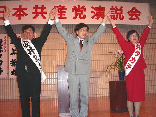 勝利を訴える(右から)辻井、井上、安井の各氏=5日、東海市