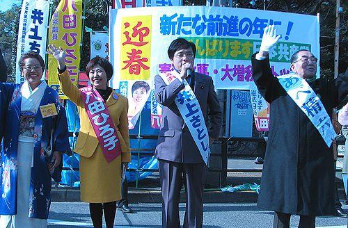 初詣客に訴える(左から)せこ、八田、井上、あべの各氏=1日、名古屋市、熱田神宮