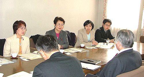 高校生の就職問題で懇談する(左から)わしの、梅原、高橋、並川の各氏=12日、名古屋市西区・西陵高校