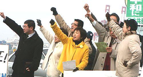抗議する人たち。八田ひろ子前参院議員も参加