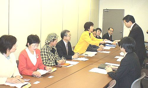 環境省に要請書を手渡す八田ひろ子前参院議員
