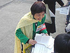 受験生と対話する八田ひろ子前参院議員=9日、名古屋市千種区