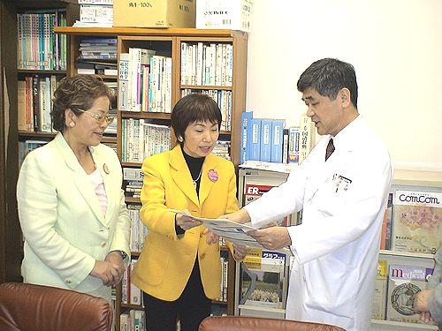 矢崎・愛知県民医連会長(右)に申し入れる、(左から)せこ、八田両氏=10日、名古屋市