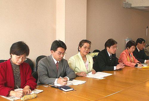 青年の雇用問題で交渉する(右2人目から)八田、井上、せこの各氏=24日、厚生労働省