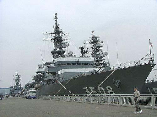 入港した自衛艦(左から)あまぎり、かしま、やまぎり