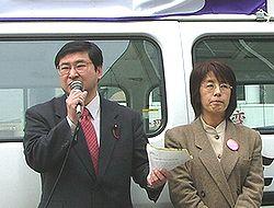 入港反対を訴える(左から)山口きよあき名古屋市議、かのう恵美子港区県議予定候補の両氏=3月26日、名古屋港