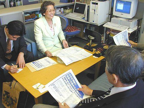 懇談するせこゆき子元衆院議員(左から2人目)=3日、名古屋市中区