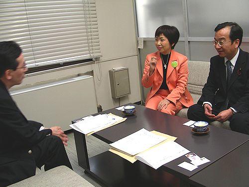 名古屋市医師会の杉江氏に共同を申し入れる、(右から)田口、八田の両氏=名古屋市