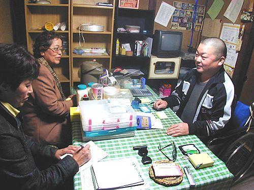 舟橋さん(右)の話を聞く(左から)安江市議、せこ元衆院議員=11日、小牧市