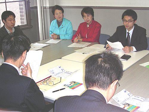 要請する、(右から)熊谷地区委員長とわしの、うめはら両名古屋市議=20日、名古屋市役所