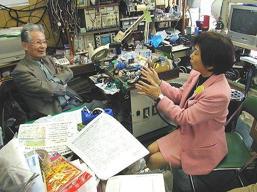 申し入れする八田ひろ子前参院議員(右)=20日、名古屋市中区