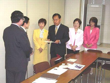 申し入れる、(右から)かのう、きしの、林、八田の各氏=愛知県庁