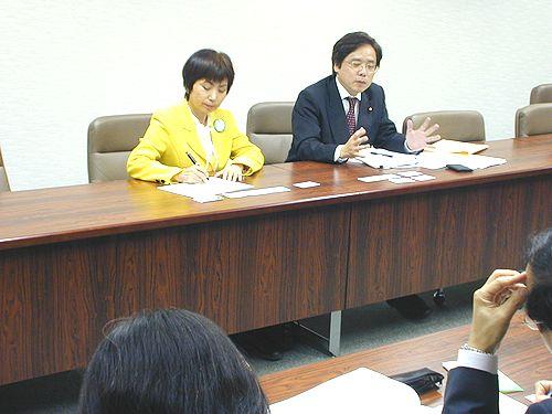 参加者と懇談する(右から)井上参院議員と八田前参院議員=12日、名古屋市熱田区