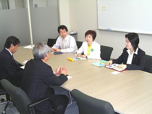 説明を受ける(右から)日恵野、八田、斎藤の各氏=22日、蒲郡市・蒲郡海洋開発本社