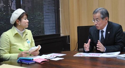 花井会長(右)と懇談する本村議員