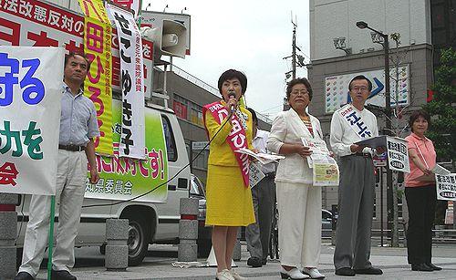 署名を訴える(左2人目から)八田、せこ、江上、西田の各氏=9日、名古屋市熱田区