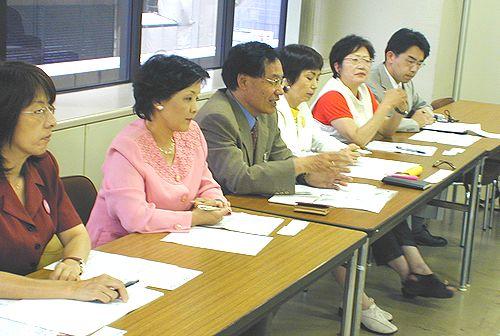 申し入れる(左から)かのう、さいとう、林各県議予定候補、八田前参院議員、きしの、斎藤各県議予定候補=15日