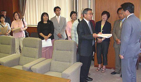 内田県議会議長(右端)に請願署名を渡す参加者=21日、愛知県庁