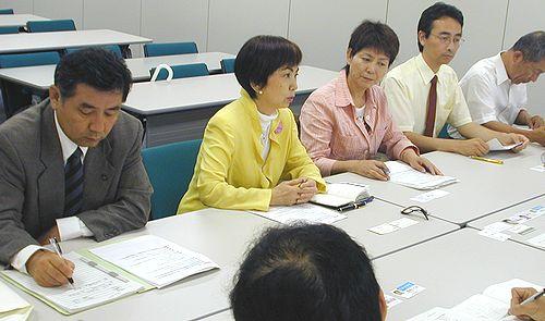 申し入れる(左から)原田学瀬戸市議、八田ひろ子前参院議員、水野すみ子瀬戸市議ら