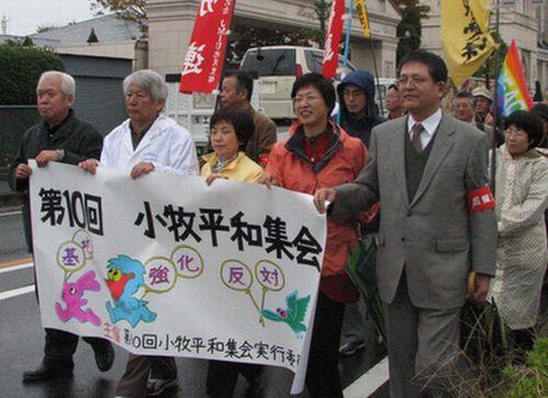 小牧平和集会でデモ行進する人たち。前列中央は八田ひろ子前参院議員