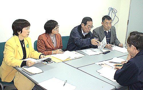 労基署(右端)に安全対策を申し入れる(左から)八田、辻井両氏ら=14日、半田市