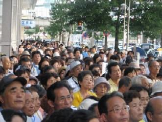 沿道いっぱいの5,000人が集まりました